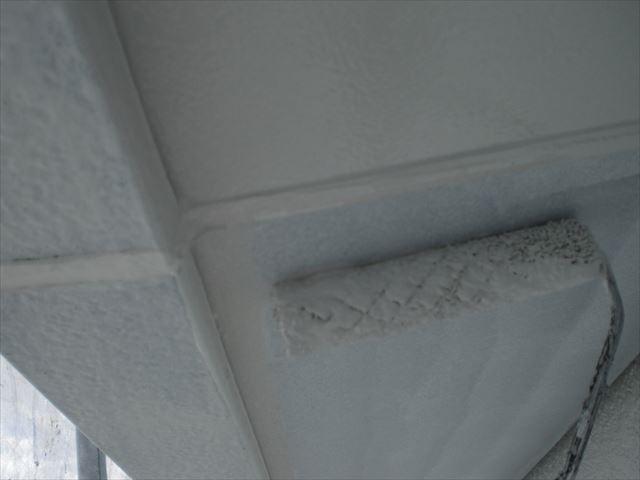 軒天の上塗り作業