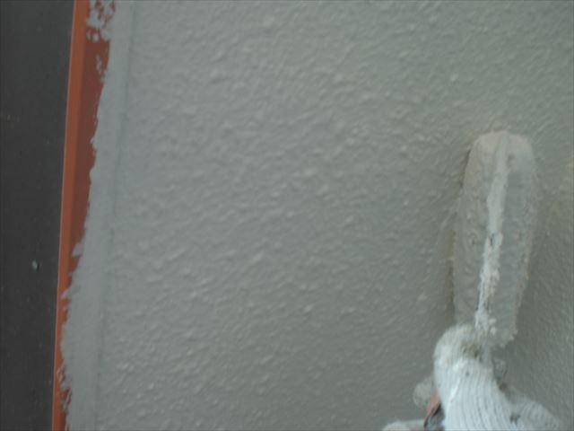 軒天の上塗り作業1回目の塗布作業