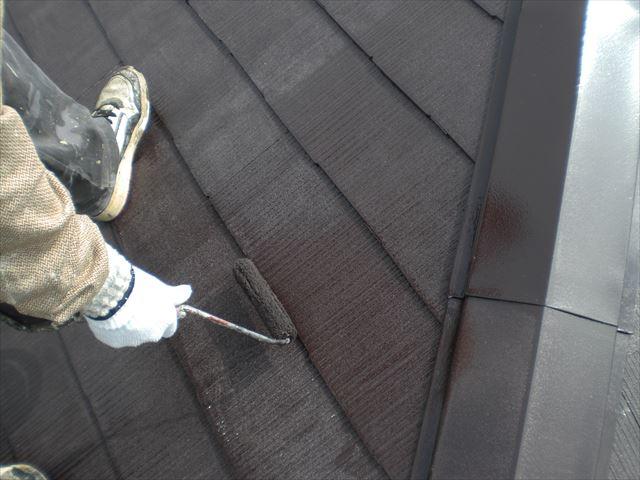 屋根上塗り作業2回目の塗布