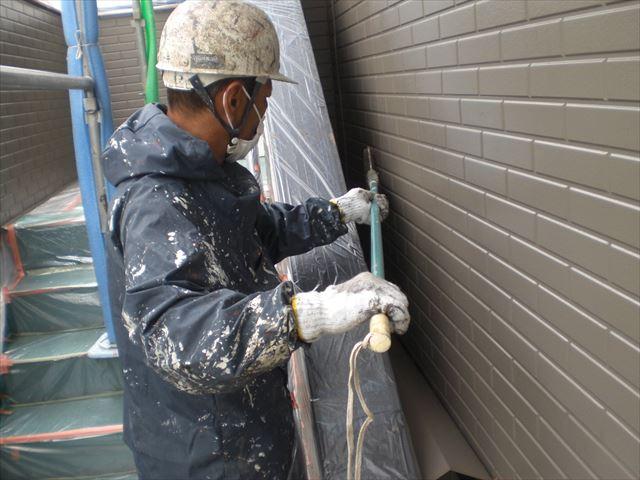 長柄で外壁、無機塗料下塗り長柄