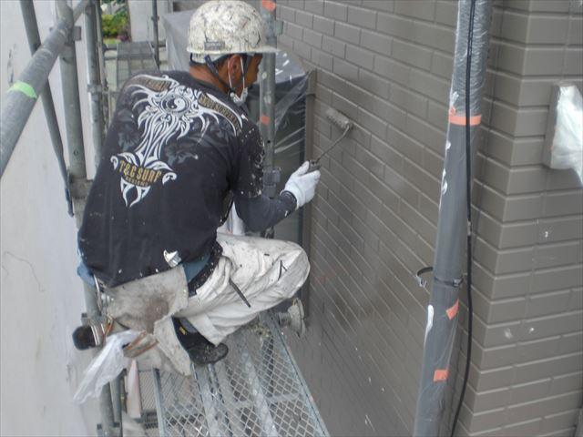 サイディング外壁上塗り作業2回目の塗布作業