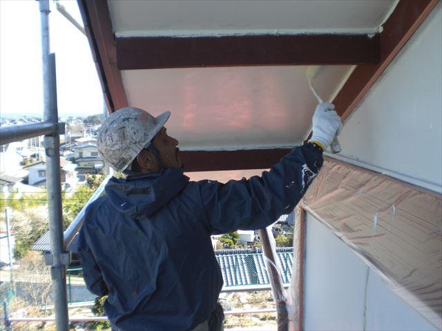 軒天の上塗り作業2回目