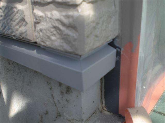 水切り部分の、金属のコーナー材