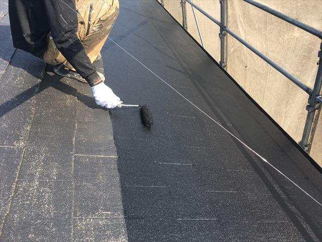 屋根上塗り作業1回目