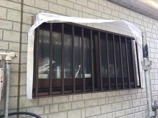 坂東市下出島で塗装前に非塗装部分をビニール養生で保護してから下塗り作業をおこなってきました