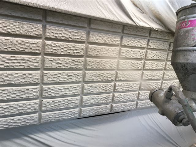 小美玉市良前町でALC外壁の仕上げ塗りを吹き付け作業で仕上げて附帯部の着色作業もおこないました