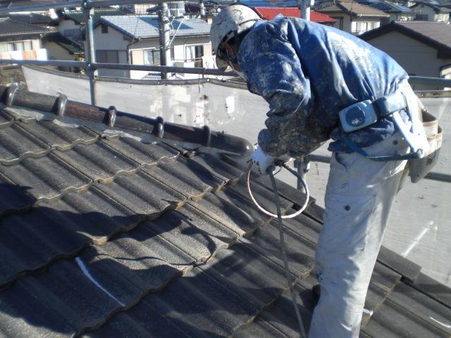 屋根の下塗りシーラー吹付け