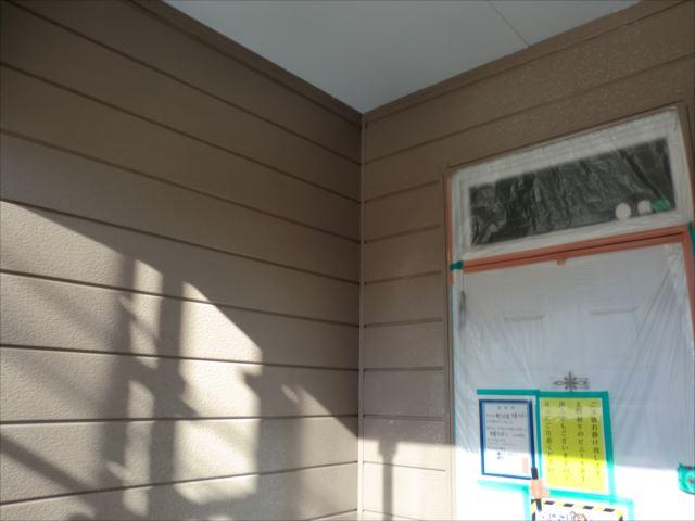 玄関鉄板サイディング外壁着色上塗り1回目後、クリーンマイルドシリコン