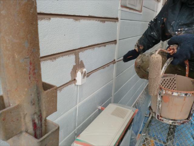 鉄板サイディング外壁着色上塗り1回目刷毛塗り、クリーンマイルドシリコン