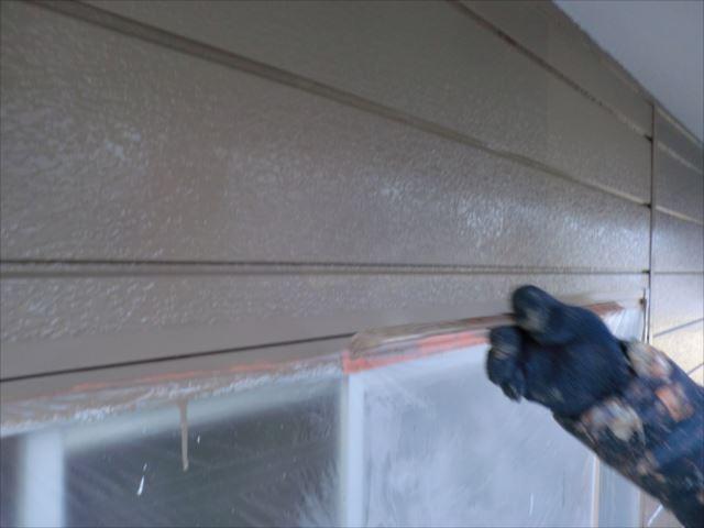 鉄板サイディング外壁着色上塗り2回目刷毛塗り、クリーンマイルドシリコン