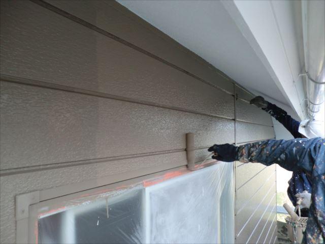 鉄板サイディング外壁着色上塗り2回目仕上げ塗装、クリーンマイルドシリコン