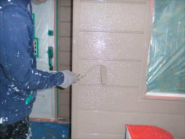 玄関鉄板サイディング外壁着色上塗り2回目仕上げ塗装、クリーンマイルドシリコン