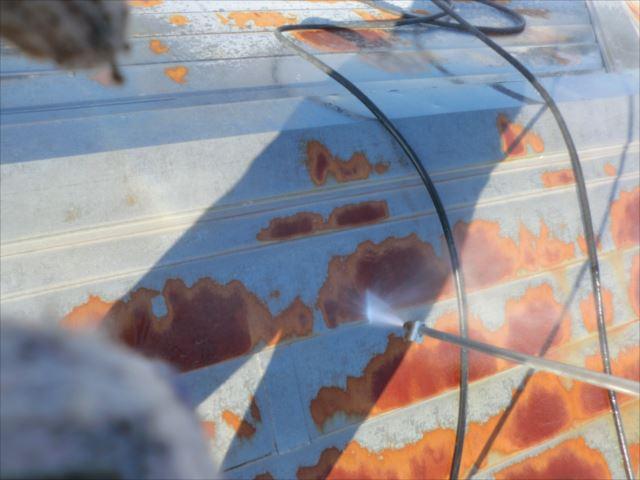 屋根高圧洗浄作業中