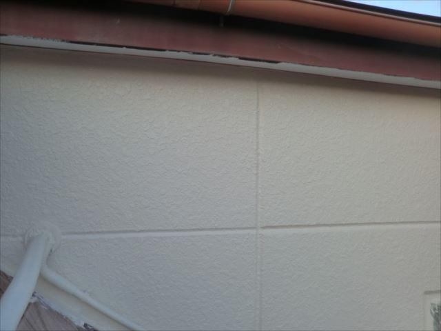 外壁着色1回目塗装後、セラミクリーン