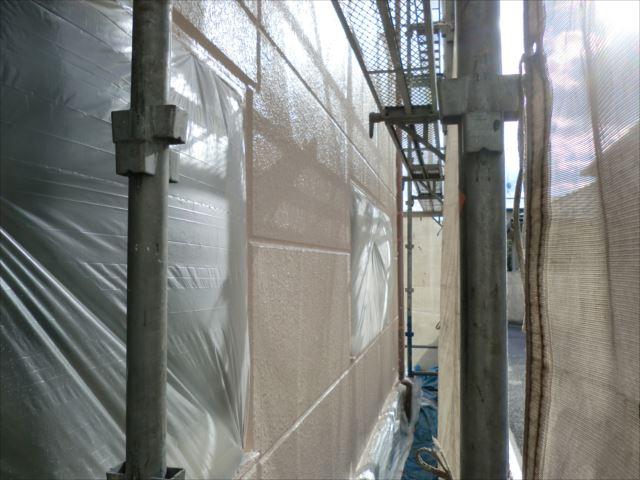 外壁着色上塗り1回目後、セラミクリーン