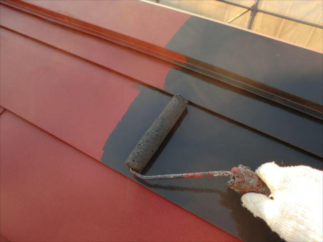 鉄板屋根着色上塗り1回目ローラー、ヤネフレッシュSI