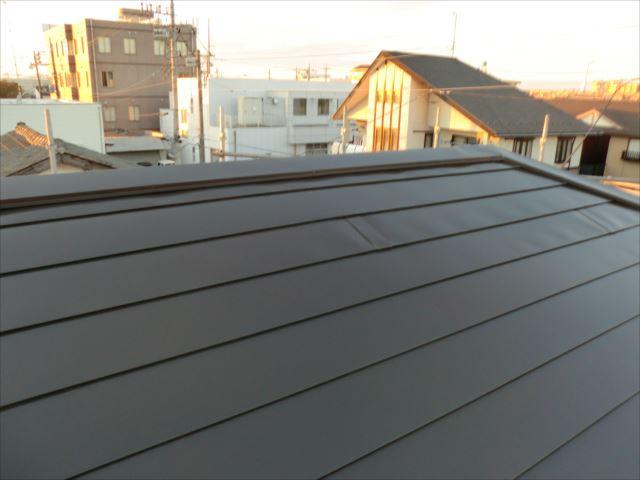 鉄板屋根着色上塗り1回目塗装後、ヤネフレッシュSI
