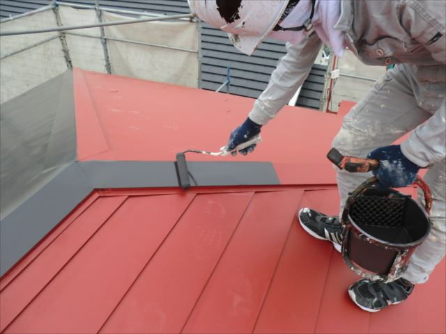 鉄板屋根着色上塗り1回目ローラー塗り、ヤネフレッシュSI