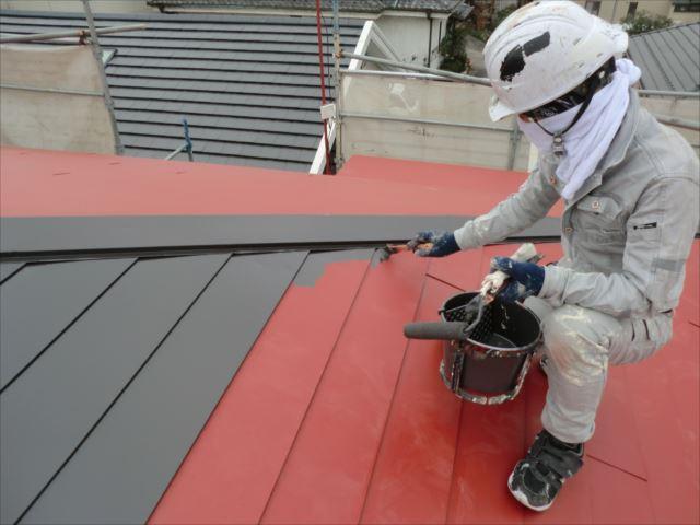 鉄板屋根着色上塗り1回目刷毛塗り、ヤネフレッシュSI