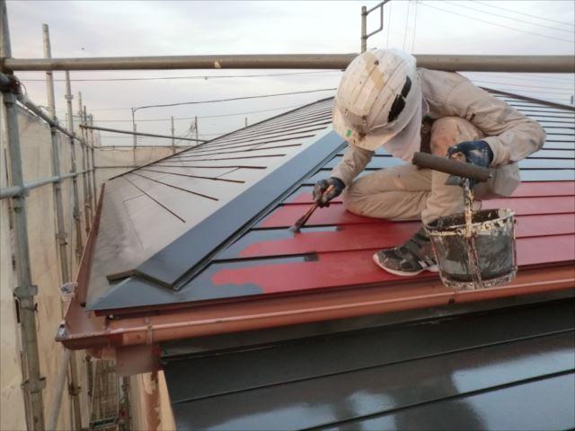 鉄板屋根着色上塗り1回目、ヤネフレッシュSI