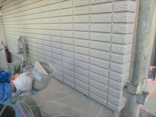外壁着色吹付け1回目、プレミアムシリコン