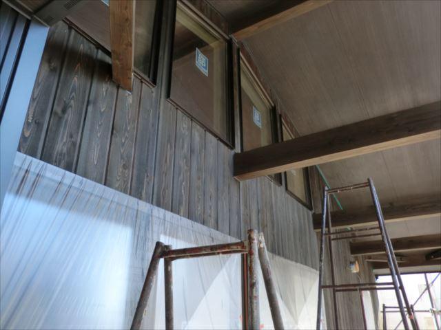 木板壁、梁塗装後、キシラデコール
