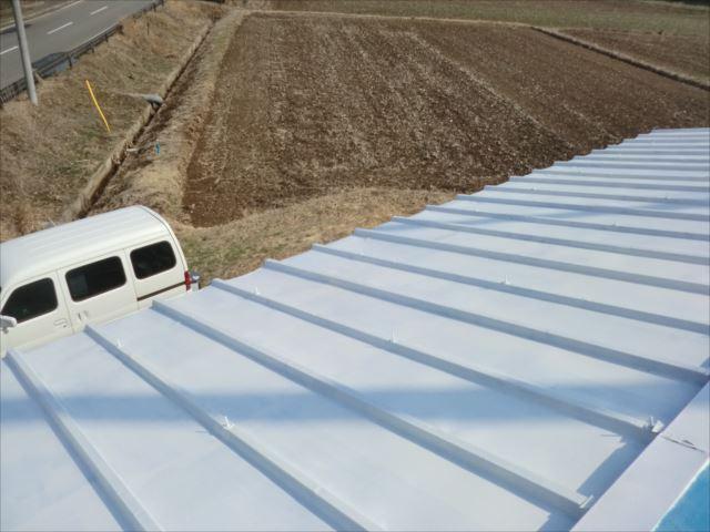 瓦棒屋根錆止め塗装後、ハイポンファインデクロ