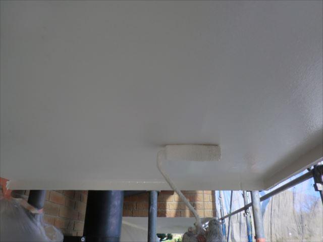 軒天着色2回目仕上げ塗装、セラマイルド
