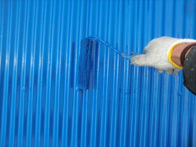 波トタン着色2回目仕上げ塗装、ユメロックルーフ