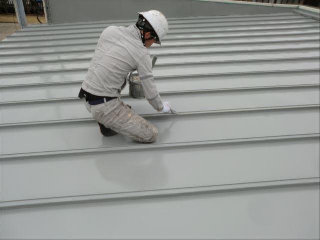 瓦棒屋根折り目刷毛塗り、ルーフスターSI