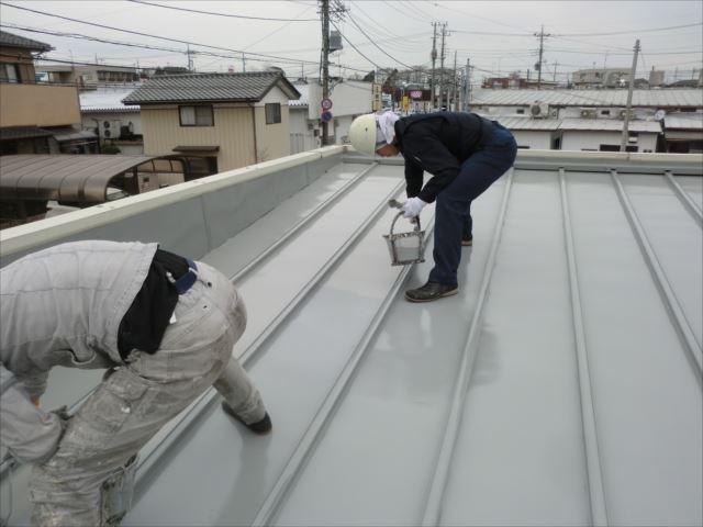 瓦棒屋根着色2回目仕上げ塗装、ルーフスターSI