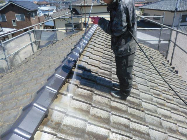 屋根瓦高圧洗浄作業