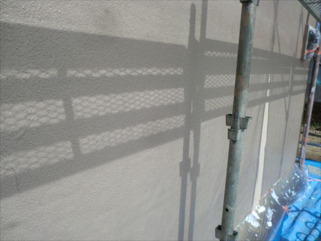 外壁の着色上塗り1回目後、セラミクリーン