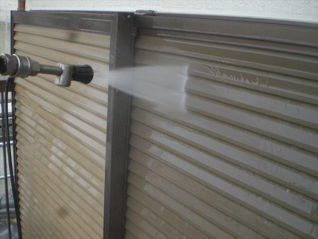 雨戸洗浄中