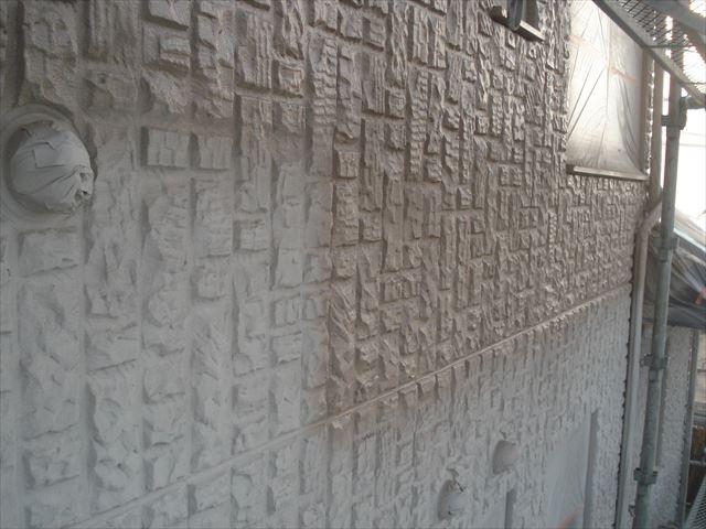 O邸外壁上塗り吹き付け中