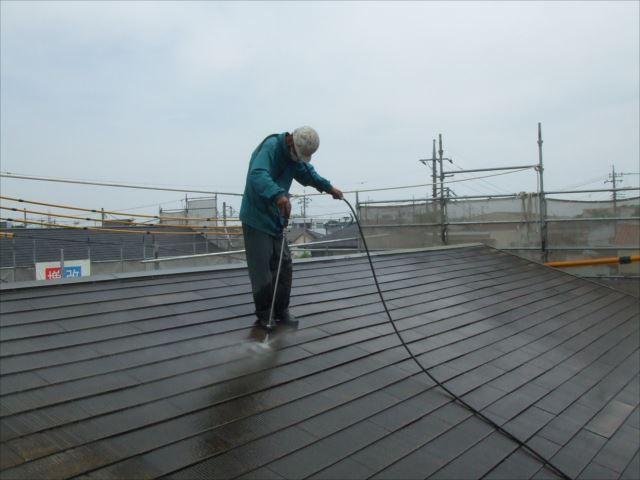 屋根、高圧洗浄中