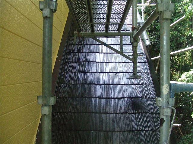下屋根(1階屋根)1回目塗装後、ヤネフレッシュシリコン