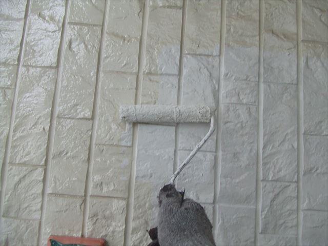 サイディング外壁上塗り1回目、ファインコートシリコ