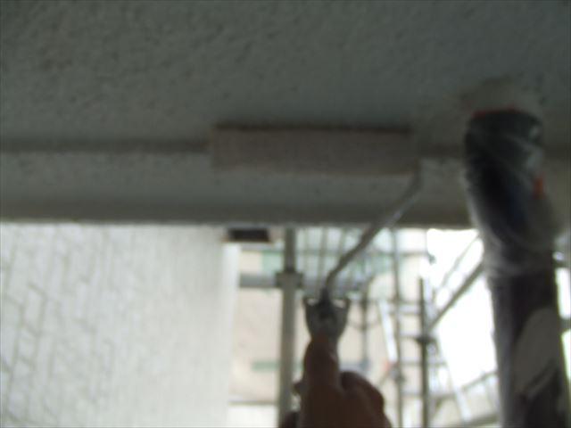 軒天上塗り2回目、ファインコートシリコ