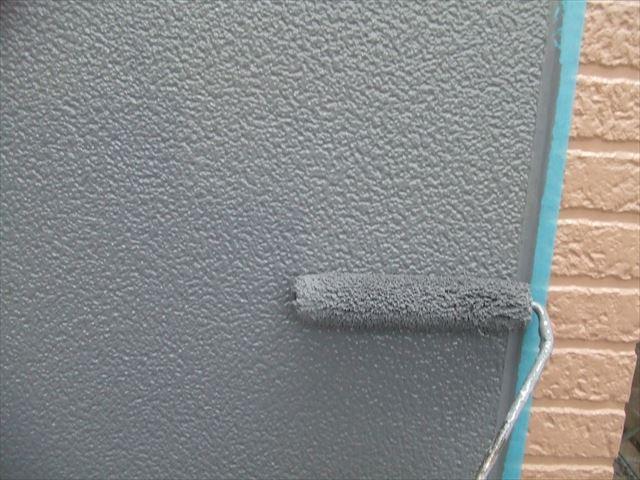 玄関上外壁上塗り1回目、シリコンガードⅬ