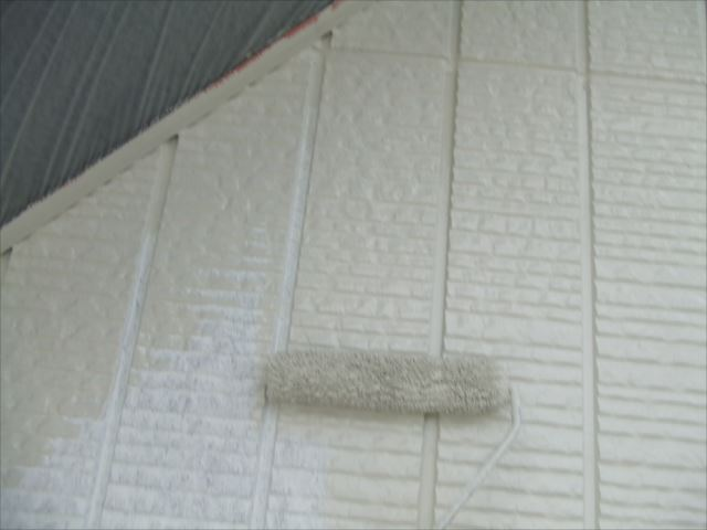サイディング外壁塗装1回目、コスモマイルドシリコン2