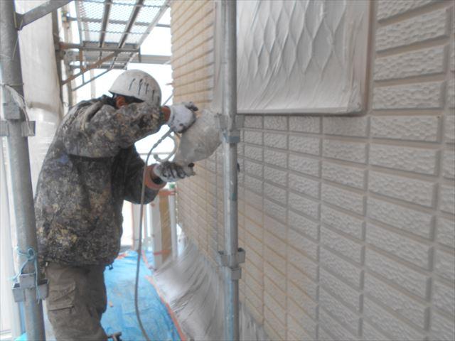 N邸外壁中塗り塗布中