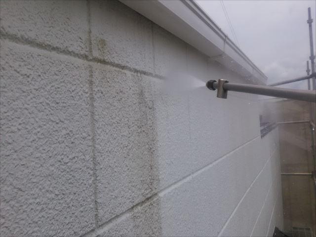 外壁、高圧洗浄作業中