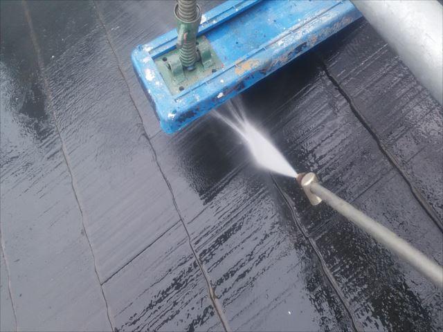 屋根足場ベース下洗浄作業